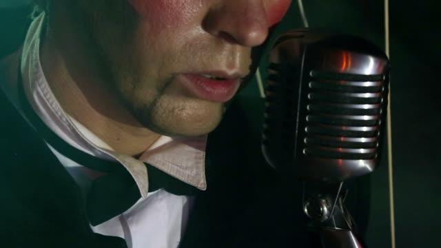 primo piano-pupazzo uomo canta - cantante video stock e b–roll