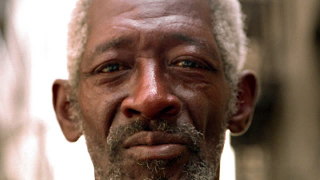 close up rack focus portrait mature black man with grey hair and beard outdoors / los angeles, ca - rack focus stock videos & royalty-free footage