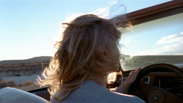 close up rear view woman driving convertible in desert / baja, mexico - auto convertibile video stock e b–roll