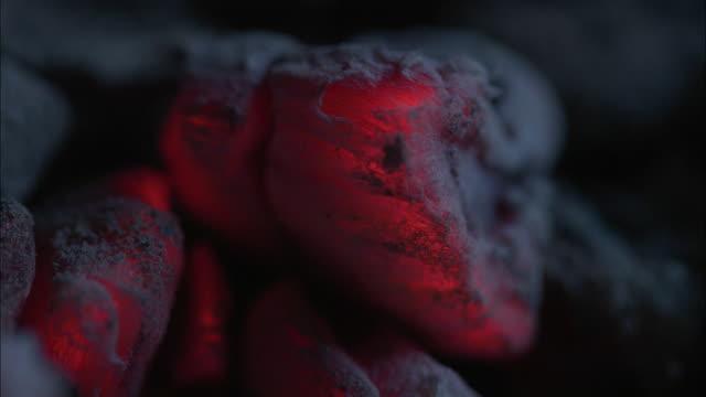 vídeos de stock, filmes e b-roll de close up red char grill - carvão