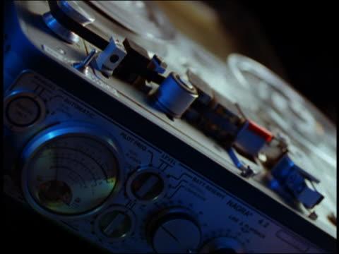 vídeos de stock, filmes e b-roll de close up reel to reel audio tape machine - equipamento de mídia