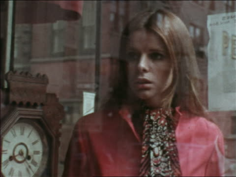 vídeos de stock, filmes e b-roll de 1969 close up reflection of woman looking in store display window at clock / greenwich village, nyc - olhando vitrines