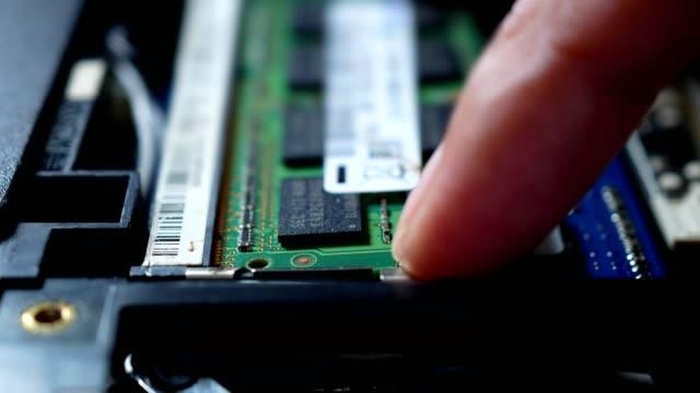 ノートパソコンからメモリカードを取り外してクローズアップ。 - 交代点の映像素材/bロール