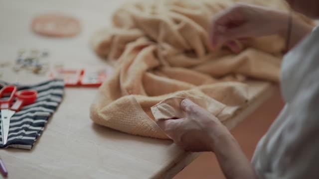vídeos y material grabado en eventos de stock de cerrar jubilación mujer asiática cosiendo su ropa a mano - trenzado