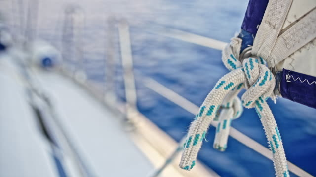 vídeos de stock e filmes b-roll de 4k close up rigging knotting holding sailboat sail, real time - veículo aquático