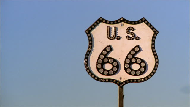 vidéos et rushes de close up route 66 highway sign - route 66
