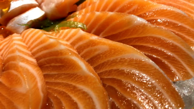 vídeos de stock, filmes e b-roll de close-up de sashimi de salmão - sashimi