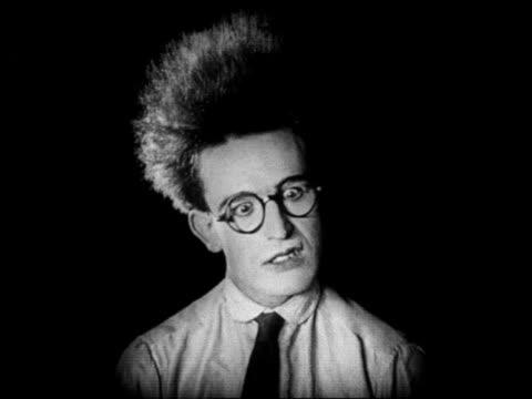 vídeos y material grabado en eventos de stock de b/w 1920 close up scared man with eyeglasses with hair standing straight up / feature - harold lloyd cómico