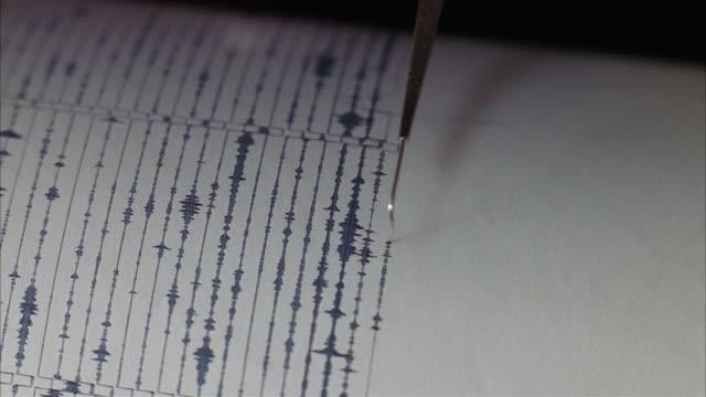 vidéos et rushes de close up seismograph recording increased seismic activity or earthquake tremor - exactitude