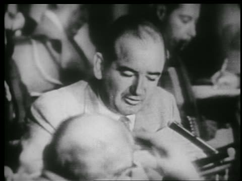 vidéos et rushes de b/w 1953 close up senator joe mccarthy talks into microphone at hearing / attacking army - 1953