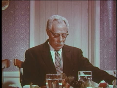stockvideo's en b-roll-footage met 1960 close up senior man with bowed head saying grace at dinner table - alleen één seniore man