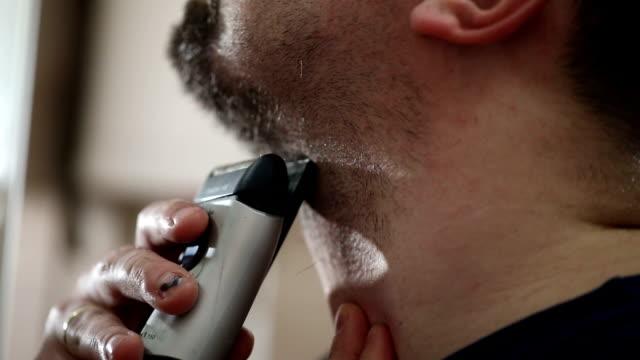 close up shaving beard - peluria del viso video stock e b–roll