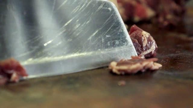 クローズ アップ ショット切削ボード キッチン ナイフ牛切断 - 銀点の映像素材/bロール
