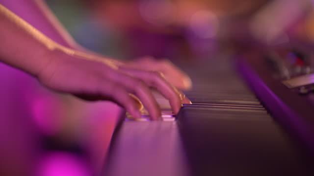 vídeos de stock e filmes b-roll de close up shot girl is playing the piano - pushing