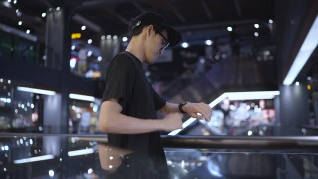 nahaufnahme eines freelancer-zeigers, der nachrichten auf einer smartwatch scannt, um eingehende e-mails auf dem telefon schnell zu überprüfen - armband stock-videos und b-roll-filmmaterial