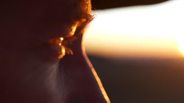 日没に向かって見ている公園レンジャーの目のクローズアップショット - 公園保安官点の映像素材/bロール