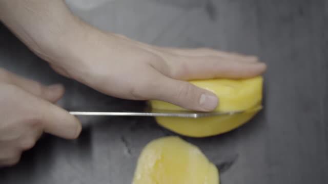 vídeos y material grabado en eventos de stock de tiro de cerca de una patata pelada siendo cortado en cubos - menos de diez segundos