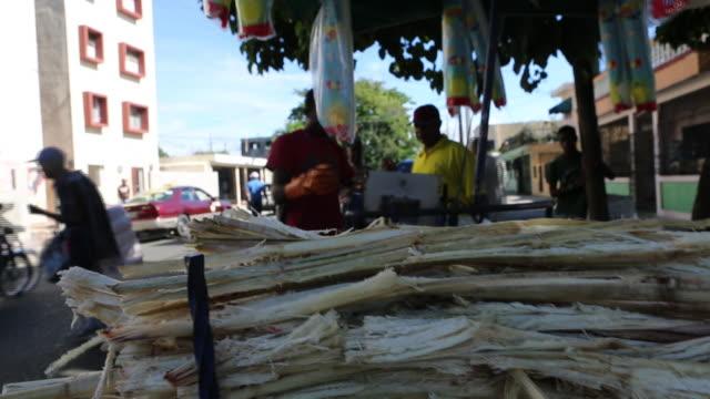 vídeos de stock, filmes e b-roll de santo domingo dominican republic november 30 2012 a close up shot of a pile of sugar cane waste stacked on a push cart on a market in the streets of... - dada de cartas