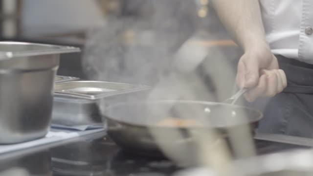 nahaufnahme eines lachsfilets, das in pan seared - dampf stock-videos und b-roll-filmmaterial