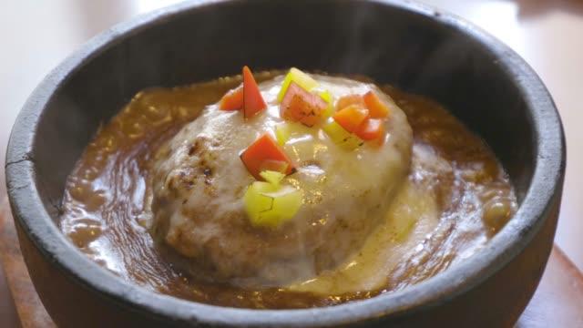 close up shot of cheese humberg curry - カレー料理点の映像素材/bロール