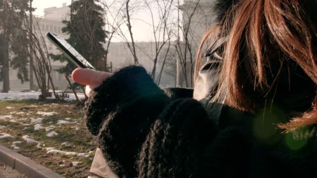 schuss von weiblichen händen mit einem smartphone hautnah - abhängigkeit stock-videos und b-roll-filmmaterial
