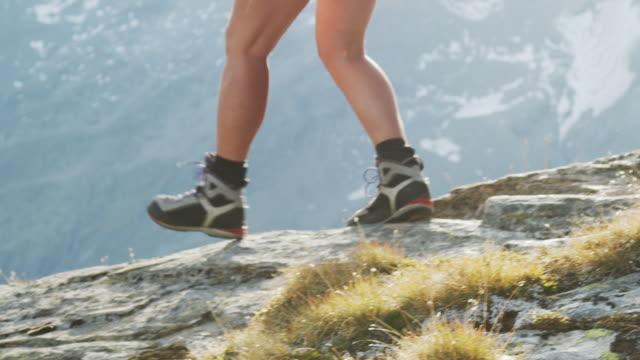 vídeos y material grabado en eventos de stock de primer plano de botas excursionistas que se alejan de la cámara - austria