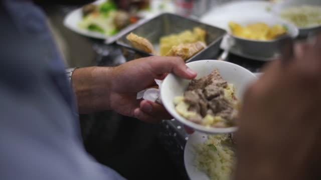 外の夕食で料理にサイドれている食べ物のクローズアップショット - 一人前の量点の映像素材/bロール