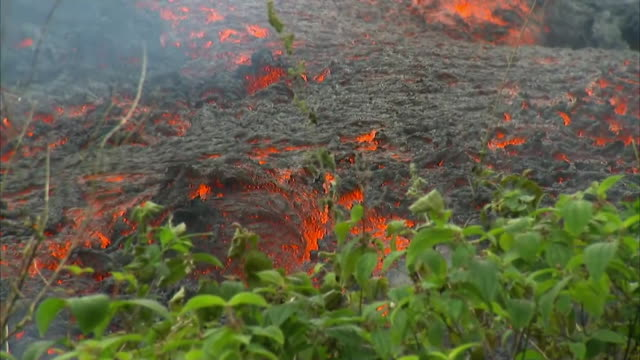 close up shot of lava flowing from hawaii's kilauea volcanic eruption outside of leilani estates on may 12 2018 the lava flow is headed toward the... - environment or natural disaster or climate change or earthquake or hurricane or extreme weather or oil spill or volcano or tornado or flooding bildbanksvideor och videomaterial från bakom kulisserna