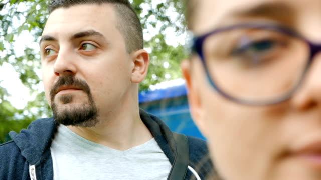 stockvideo's en b-roll-footage met close-up shot van man en vrouw die kijken naar de camera - communication problems