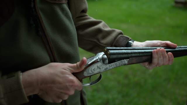 stockvideo's en b-roll-footage met close up shot of man reloading a shotgun - jachtgeweer