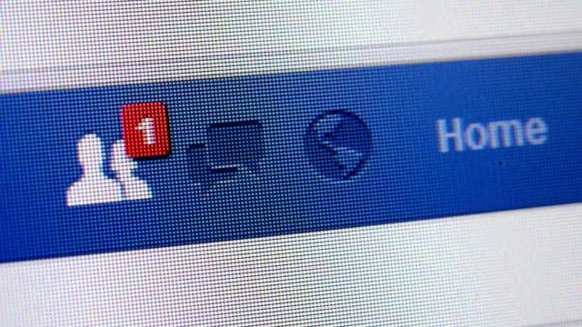 stockvideo's en b-roll-footage met close up shot of notification icons on facebook webpage - sociaal netwerk
