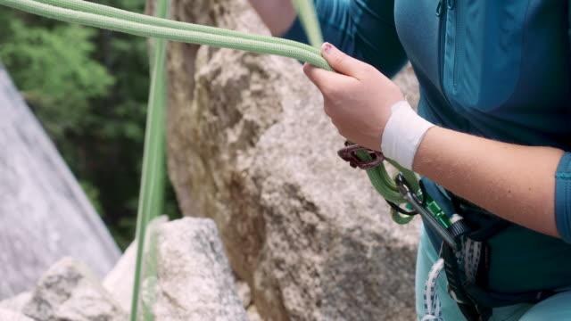 stockvideo's en b-roll-footage met close up shot of rock climber belayer - vrij klimmen