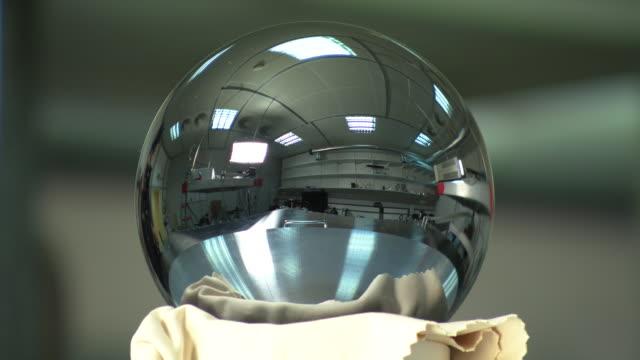 vídeos de stock e filmes b-roll de close up shot of silicon sphere - the roundest object on earth - silício