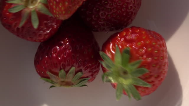 close up shot of strawberry - 五つ点の映像素材/bロール