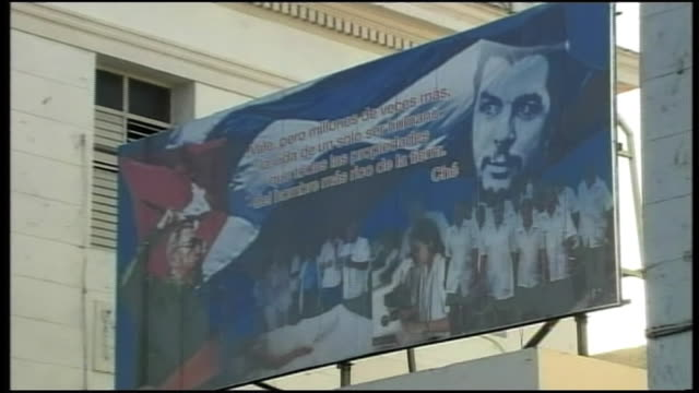 vidéos et rushes de close up shot of the message written on the 50 year anniversary of cuban revolution board at the entrance of a hospital zoom out long shot of the... - révolution cubaine