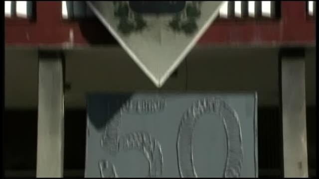vidéos et rushes de close up shot of the number 50 tilting up to a flag of the 50th anniversary of cuban revolution - révolution cubaine