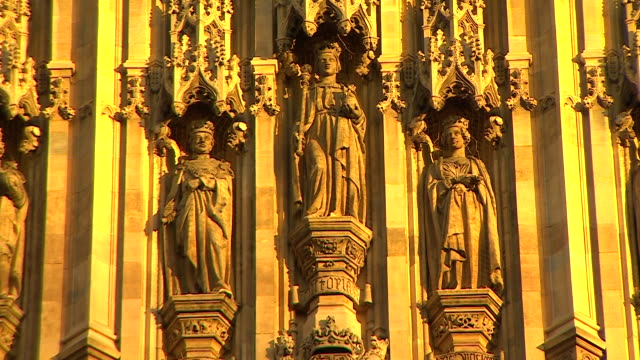 close up shot of three statues of kings on the exterior of westminster hall bathed in golden sunlight at the palace of westminster london - 庶民院点の映像素材/bロール