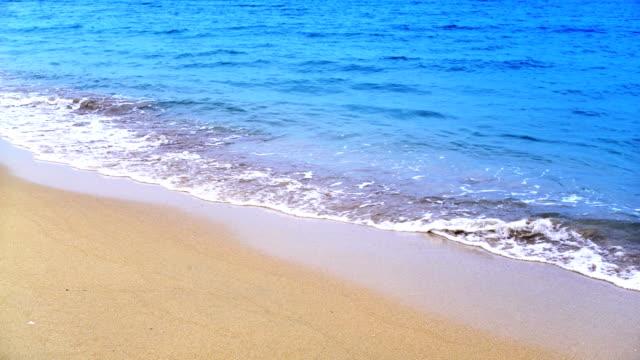 Close Up Shot van golven witte zand strand oprollen