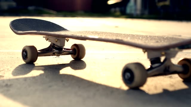 stockvideo's en b-roll-footage met close-up shot skateboard zonlicht - skateboardpark