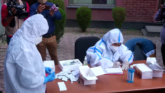 vidéos et rushes de close up shots of a couple of health workers conducting the random covid-19 testing at delhi-noida border on november 18, 2020. while one of them can... - hasard