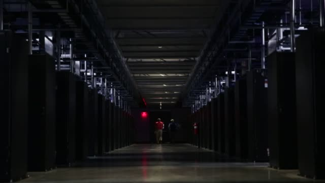 vídeos de stock, filmes e b-roll de close up shots of circuitry and wiring inside facebooks web servers at their data center in prineville, oregon, facebook employees and technicians... - servidor de rede