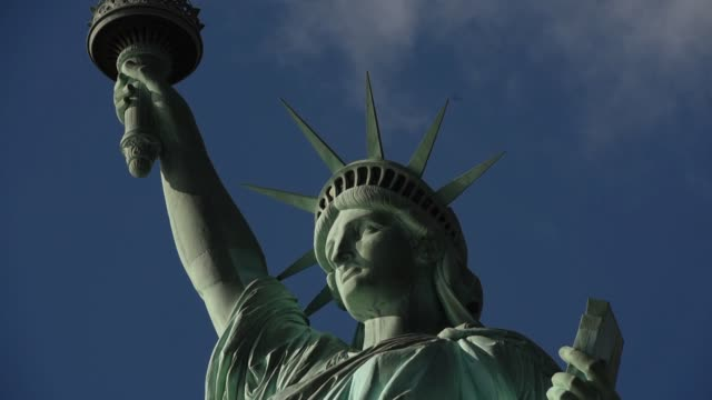 vídeos y material grabado en eventos de stock de close up shots of the statue of liberty in new york ny close up shots of the statue of liberty's face and raise arm various shots of the statue of... - producto de arte y artesanía