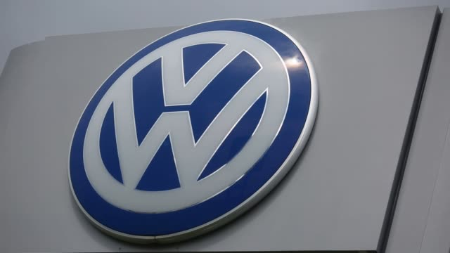 close up shots of volkswagen logos standing above a dealership in shelbyville kentucky us on saturday aug 20 photographer luke sharrett/bloomberg... - logo stock-videos und b-roll-filmmaterial