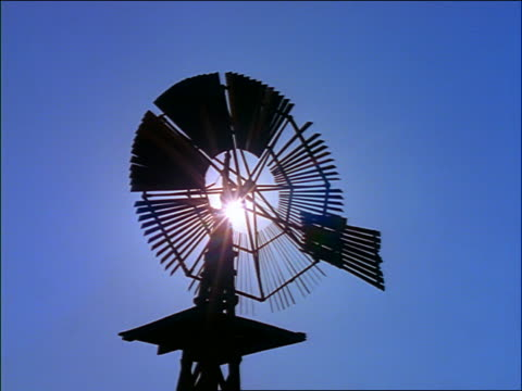 vídeos y material grabado en eventos de stock de close up silhouette of windmill with sun in background / pecos, texas - 1996