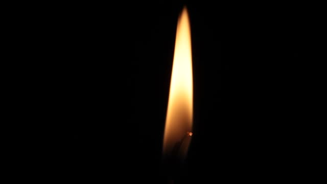 nahaufnahme einzelne kerze flamme - streichholz stock-videos und b-roll-filmmaterial