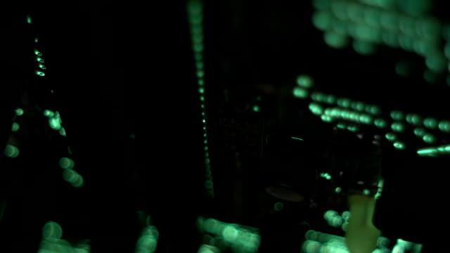 vídeos de stock, filmes e b-roll de pcb close-up tiro de uma placa de circuito impresso de deslizamento - loja de produtos eletrônicos