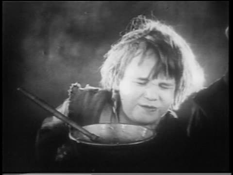 vidéos et rushes de b/w 1922 close up small orphan boy (jackie coogan) flinching in pain + looking scared / feature - orphelin