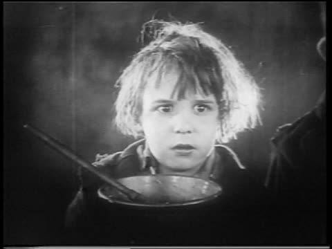 vidéos et rushes de b/w 1922 close up small orphan boy (jackie coogan) looking scared / feature - orphelin