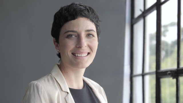 vídeos de stock e filmes b-roll de close up, smiling businesswoman in office - pessoa de negócios