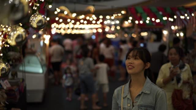 vídeos de stock, filmes e b-roll de close up, smiling woman touches christmas decorations - jaqueta jeans